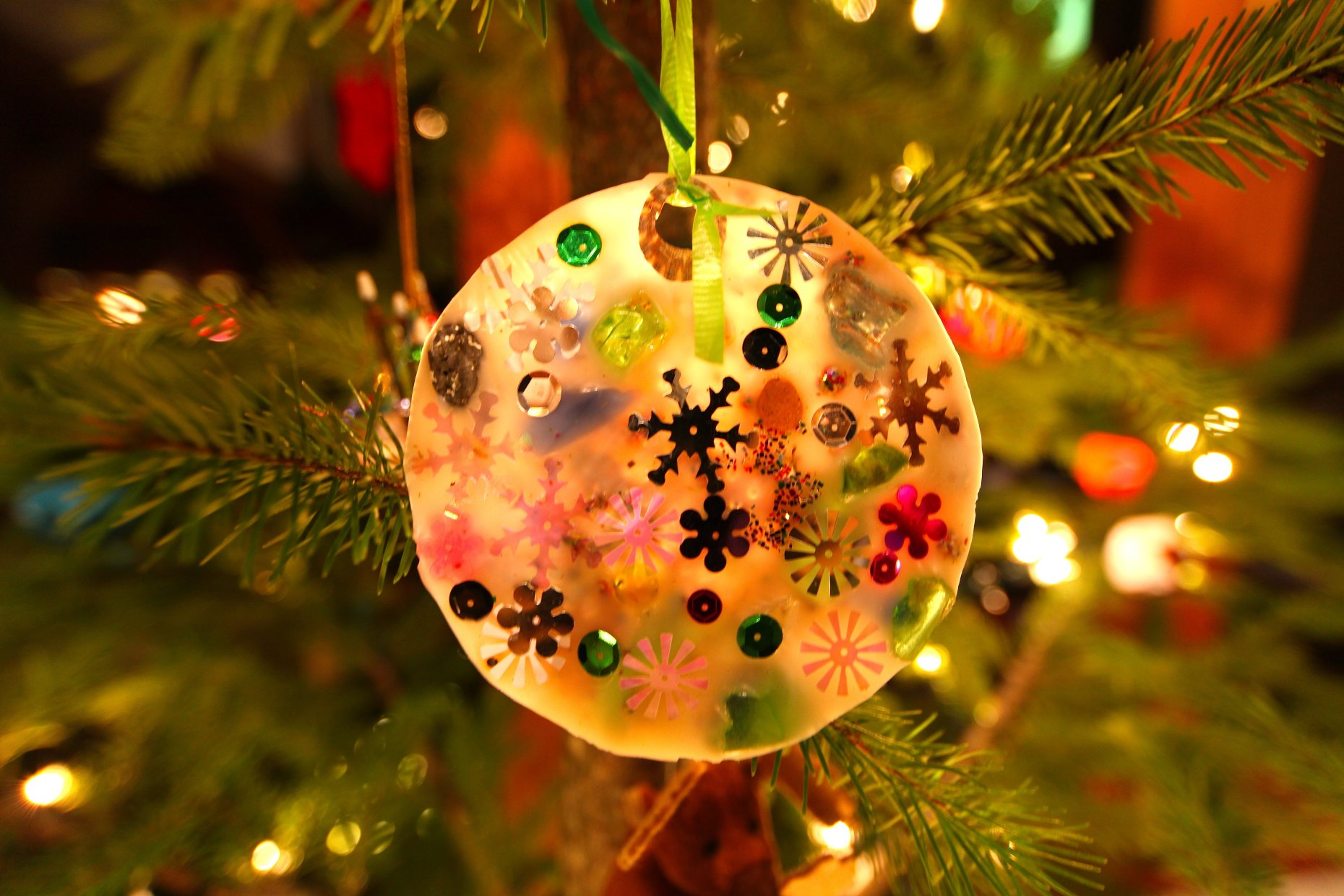 Easy Peasy Pretty Ornament From a Plastic Lid Mold