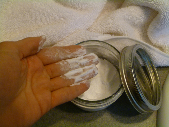 Apply a dusting of DIY baking soda deodorant to your clean, dry armpits with gentle fingers. © Rebecca Rockefeller
